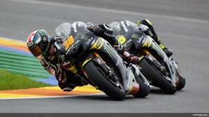 Bradley Smith (depan) dan Cal Crutchlow (belakang) saat sesi uji coba resmi Valencia Akhir tahun lalu. Sumber: MotoGP