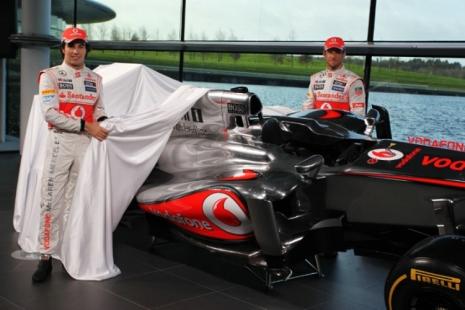 Jenson Button (kanan) dan Sergio Perez (kiri) membuka selimut MP4-28. Sumber: Crash