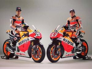 Dani Pedrosa (kiri) dan Marc Marquez (kanan) di atas motor barunya