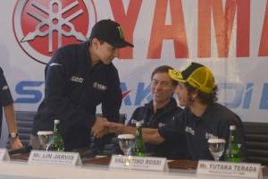 Lorenzo (kiri) berjabat tangan dengan Rossi (kanan) disaksikan Lin Jarvis.