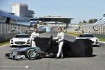 Lewis Hamilton dan Nico Rosberg membuka selubung F1 W04. Sumber: Crash.