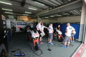 Kain pemisah dari sisi garasi Lorenzo. Sumber: Crash