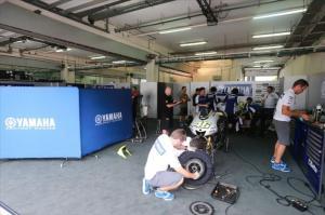 Kain pemisah di garasi Yamaha Factory. Sumber: Crash.